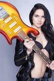 Beau jeune femme avec la guitare électrique photo libre de droits