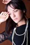 Beau jeune femme avec la pose blanche de perle Image stock