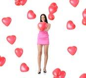 Beau jeune femme avec le ballon rouge de coeur Photos libres de droits