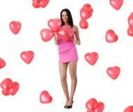 Beau jeune femme avec le ballon rouge de coeur Photo libre de droits