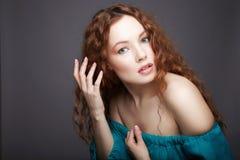 Beau jeune femme avec le cheveu bouclé images libres de droits
