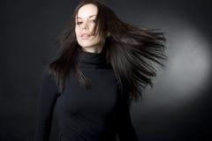 Beau jeune femme avec le cheveu de vol image libre de droits
