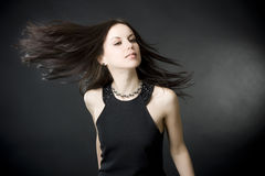 Beau jeune femme avec le cheveu de vol photographie stock