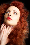 Beau jeune femme avec le cheveu rouge photo stock