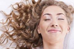 Beau jeune femme avec le long cheveu bouclé Photo stock