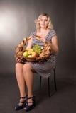 Beau jeune femme avec le panier du fruit Image stock