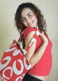 Beau jeune femme avec le sac rouge Images stock