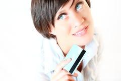 Beau jeune femme avec par la carte de crédit Photographie stock