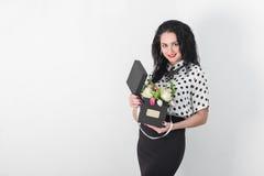 Beau jeune femme avec un bouquet des fleurs Images libres de droits