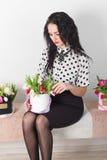 Beau jeune femme avec un bouquet des fleurs Photos libres de droits