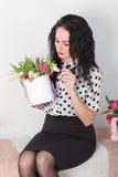 Beau jeune femme avec un bouquet des fleurs Photo stock