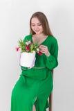 Beau jeune femme avec un bouquet des fleurs Photographie stock