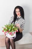 Beau jeune femme avec un bouquet des fleurs Photos stock