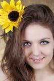 Beau jeune femme avec un tournesol Image libre de droits