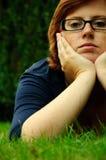 Beau jeune femme détendant à l'extérieur Image libre de droits