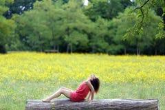 Beau jeune femme détendant en fonction Photographie stock libre de droits