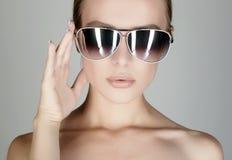 Beau jeune femme dans des lunettes de soleil Image stock
