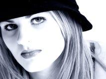 Beau jeune femme dans des sons bleus photos libres de droits