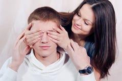 Beau jeune femme dans l'amour ou l'estimation qui ? Images libres de droits