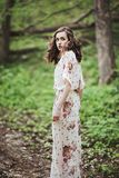 Beau jeune femme dans la forêt Photographie stock
