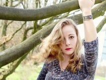 Beau jeune femme dans la forêt photos libres de droits