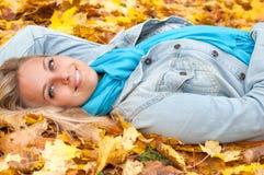 Beau jeune femme dans la forêt d'automne Image libre de droits