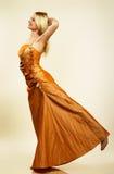 Beau jeune femme dans la robe de soirée. Verticale. photos libres de droits