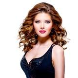 Beau jeune femme dans la robe noire Image libre de droits