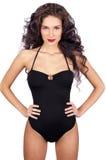 Beau jeune femme dans le bikini noir images stock