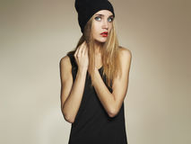 Beau jeune femme dans le chapeau fille blonde de beauté dans le chapeau tenue de détente L'hiver Images libres de droits