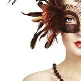 Beau jeune femme dans le masque vénitien brun Photo stock