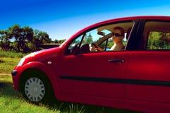 Beau jeune femme dans le véhicule rouge images libres de droits