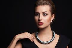 Beau jeune femme en bijou photos libres de droits