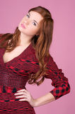 Beau jeune femme en rouge image stock