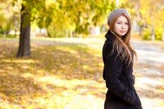 Beau jeune femme en stationnement image libre de droits