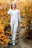 Beau jeune femme en stationnement d'automne Saison et concept de personnes Mannequin blond ayant l'amusement dans le parc de chut Photo libre de droits