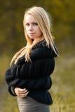 Beau jeune femme en stationnement en jour d'automne Photo stock