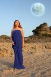 Beau jeune femme et pleine lune image libre de droits