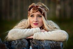 Beau jeune femme extérieur en automne Images libres de droits