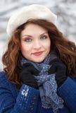 Beau jeune femme extérieur en hiver images libres de droits