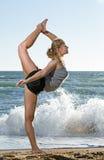 Beau jeune femme faisant l'exercice de forme physique Images stock