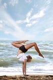 Beau jeune femme faisant l'exercice de forme physique Image stock