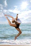 Beau jeune femme faisant l'exercice de forme physique Photos libres de droits