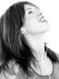 Beau jeune femme hispanique appréciant la musique Image stock