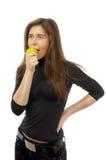 Beau jeune femme mangeant la pomme photos libres de droits