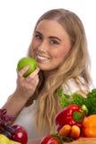 Beau jeune femme mangeant la pomme verte Photos libres de droits