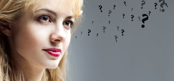 Beau jeune femme pensif, questions Photographie stock libre de droits