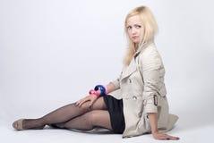 Beau jeune femme posant dans l'imperméable Images stock