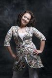 Beau jeune femme posant dans la robe photo libre de droits
