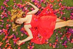 Beau jeune femme se situant en fleurs images libres de droits